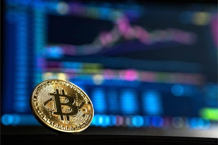 Bitcoin foran en dataskjerm, som representerer kravet om løsepenger i løsepengevirusangrepet WannaCry